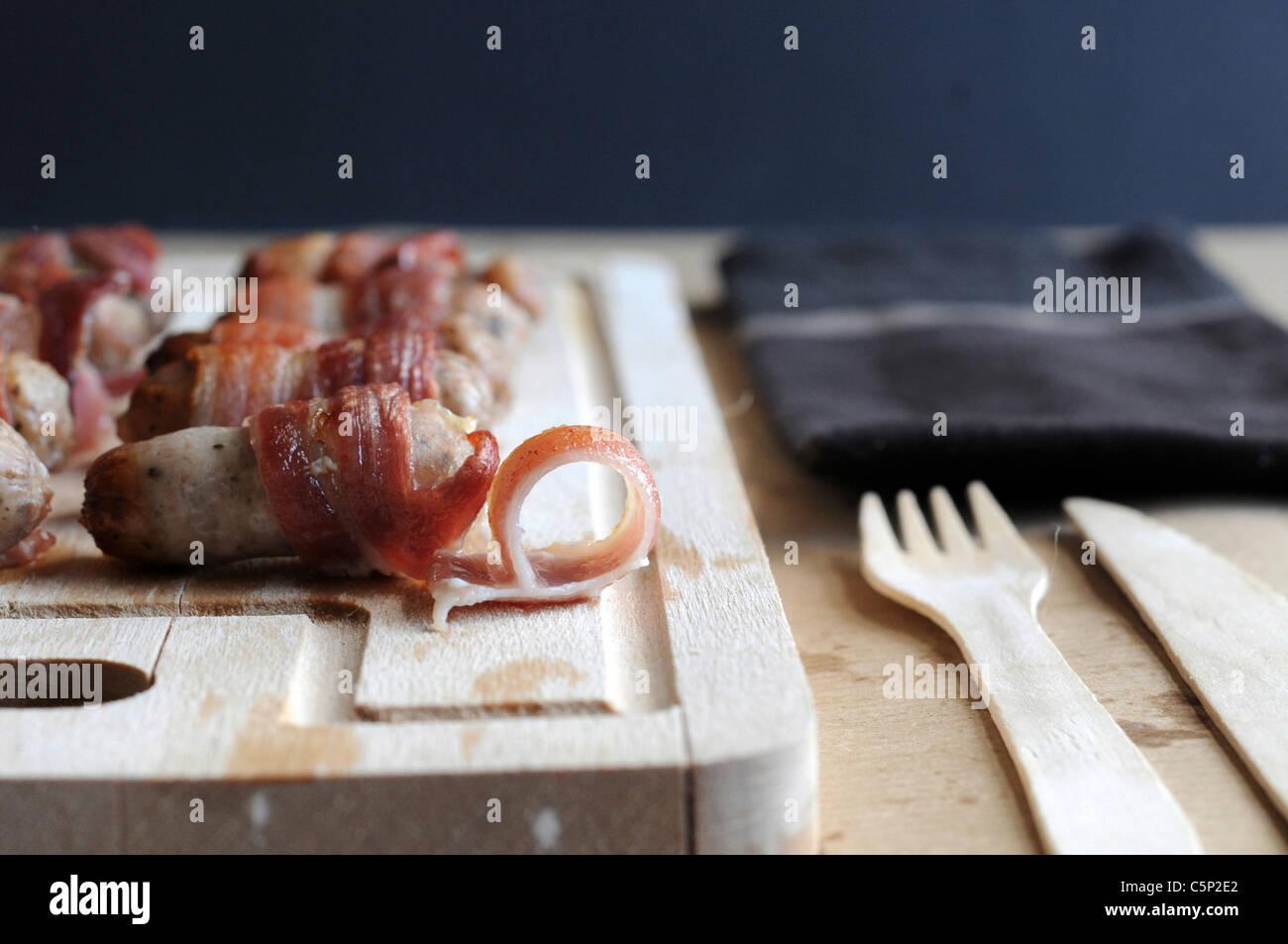 Cocktail salsiccia avvolto in pancetta Immagini Stock