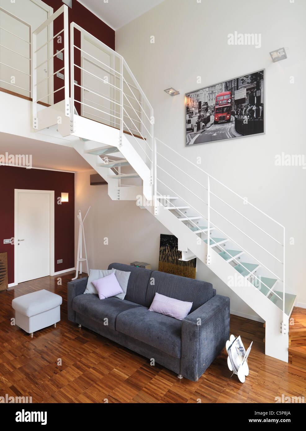 Soggiorno moderno con divano grigio sotto una scala di metallo foto immagine stock 37983746 - Soggiorno con divano ...