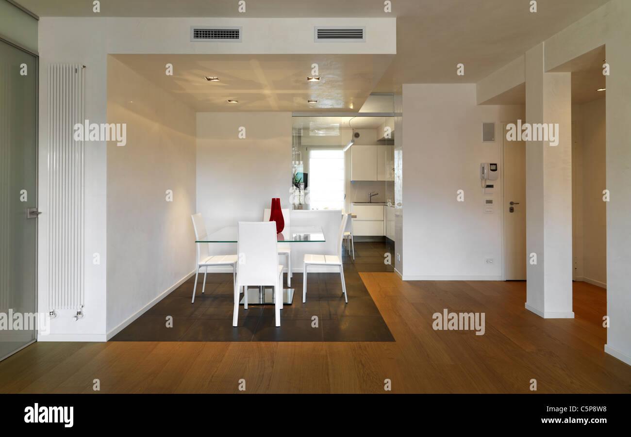 Sala da pranzo moderna con vista alla cucina con pianale in legno ...