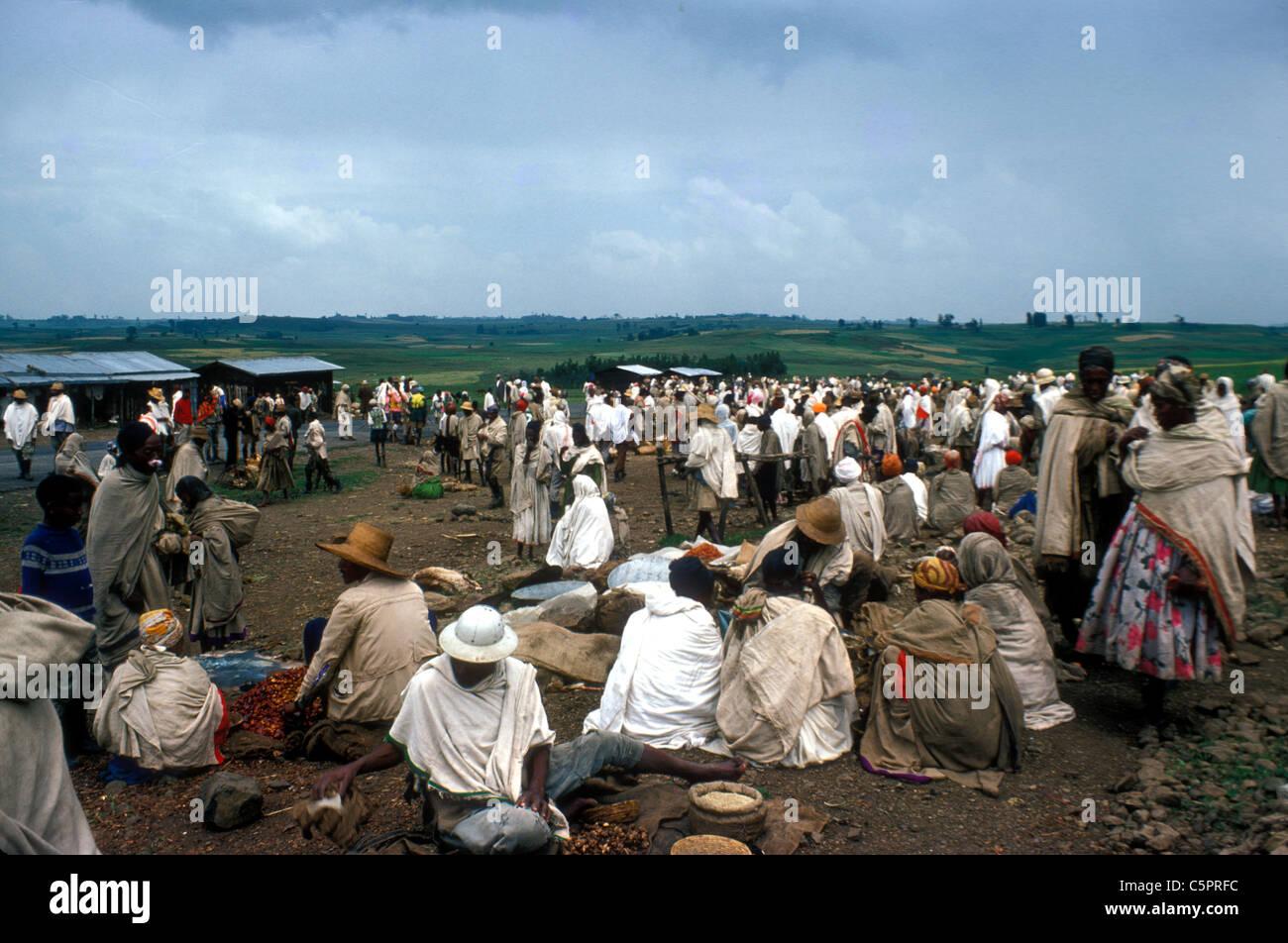 Persone in un mercato di un paese nei pressi di Harar, Etiopia Immagini Stock