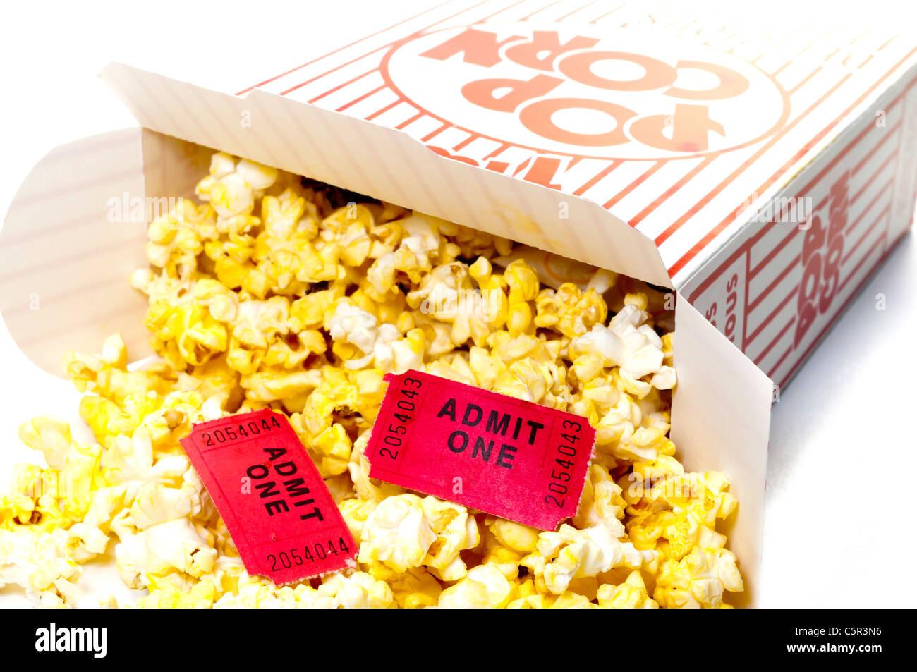 Popcorn e biglietti per il cinema isolato Closeup Immagini Stock