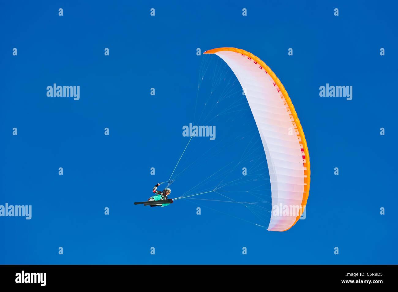 Un pilota di parapendio sorrisi come fa fa un rapido giro accumulate. Immagini Stock