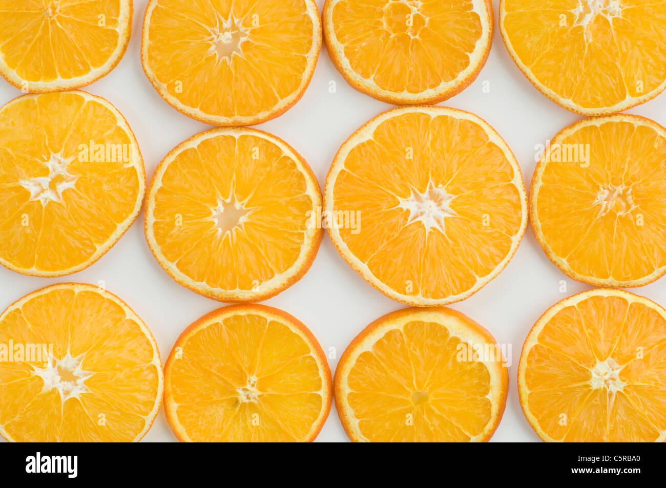Close up di fettine di arancia contro uno sfondo bianco, full frame Immagini Stock