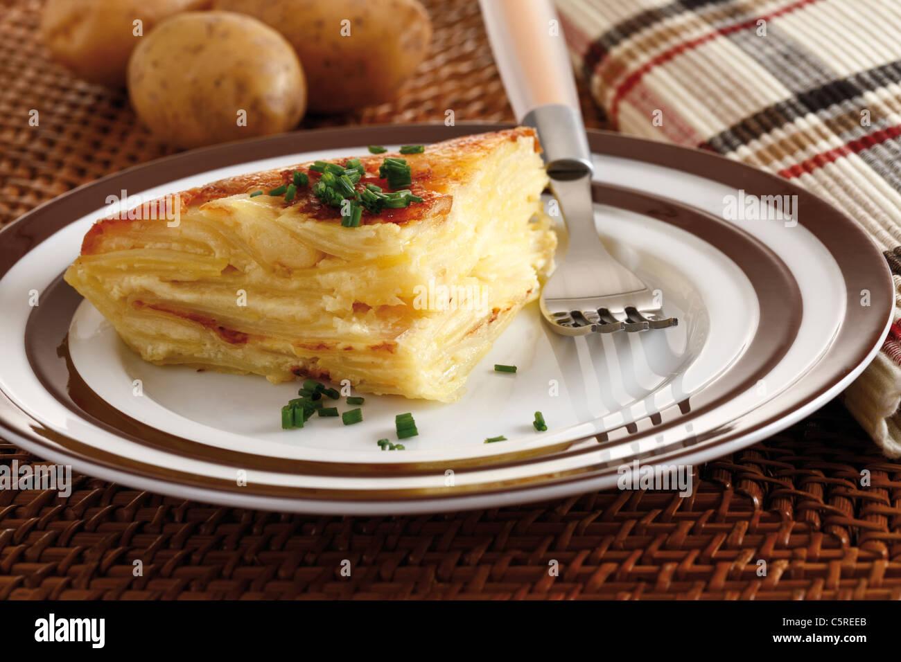 Pezzo di patate a cuocere sulla piastra, vista in elevazione Immagini Stock