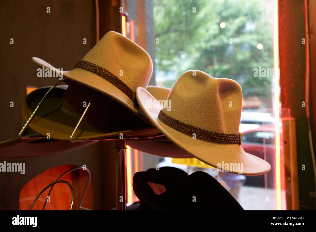Cappelli da cowboy in vendita nella vetrina di un negozio di Nashville  Tennessee USA Immagini Stock f07f51a32759