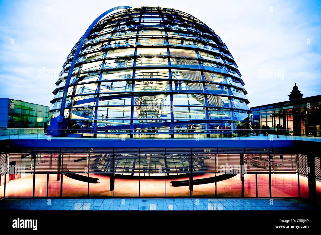 Cupola del Reichstag di sera, quartiere governativo, Berlino, Germania, Europa Immagini Stock