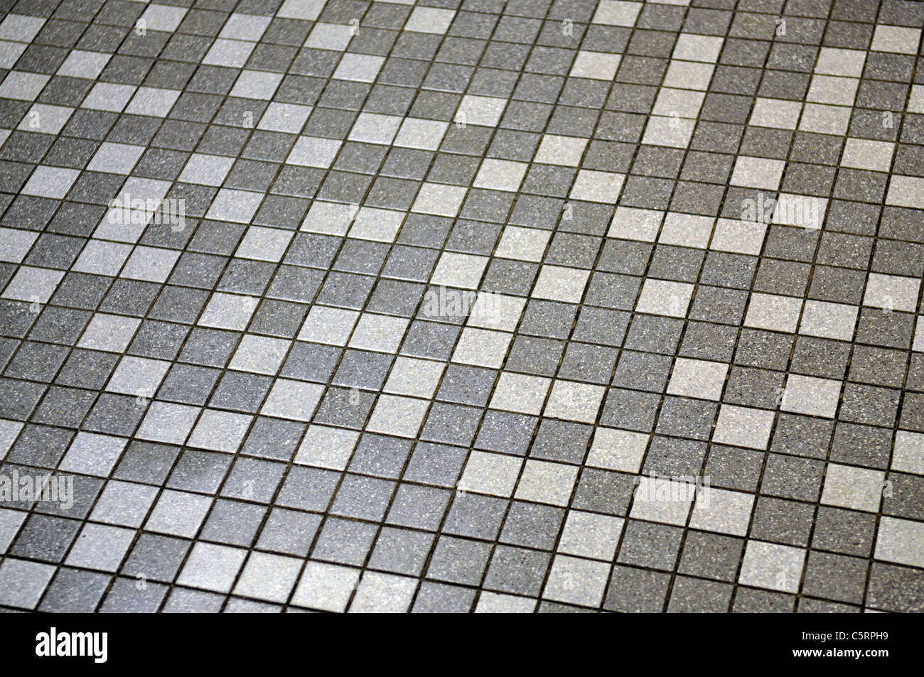 Pavimento Bianco E Grigio : Una vista di un grigio e bianco con pavimento in piastrelle che