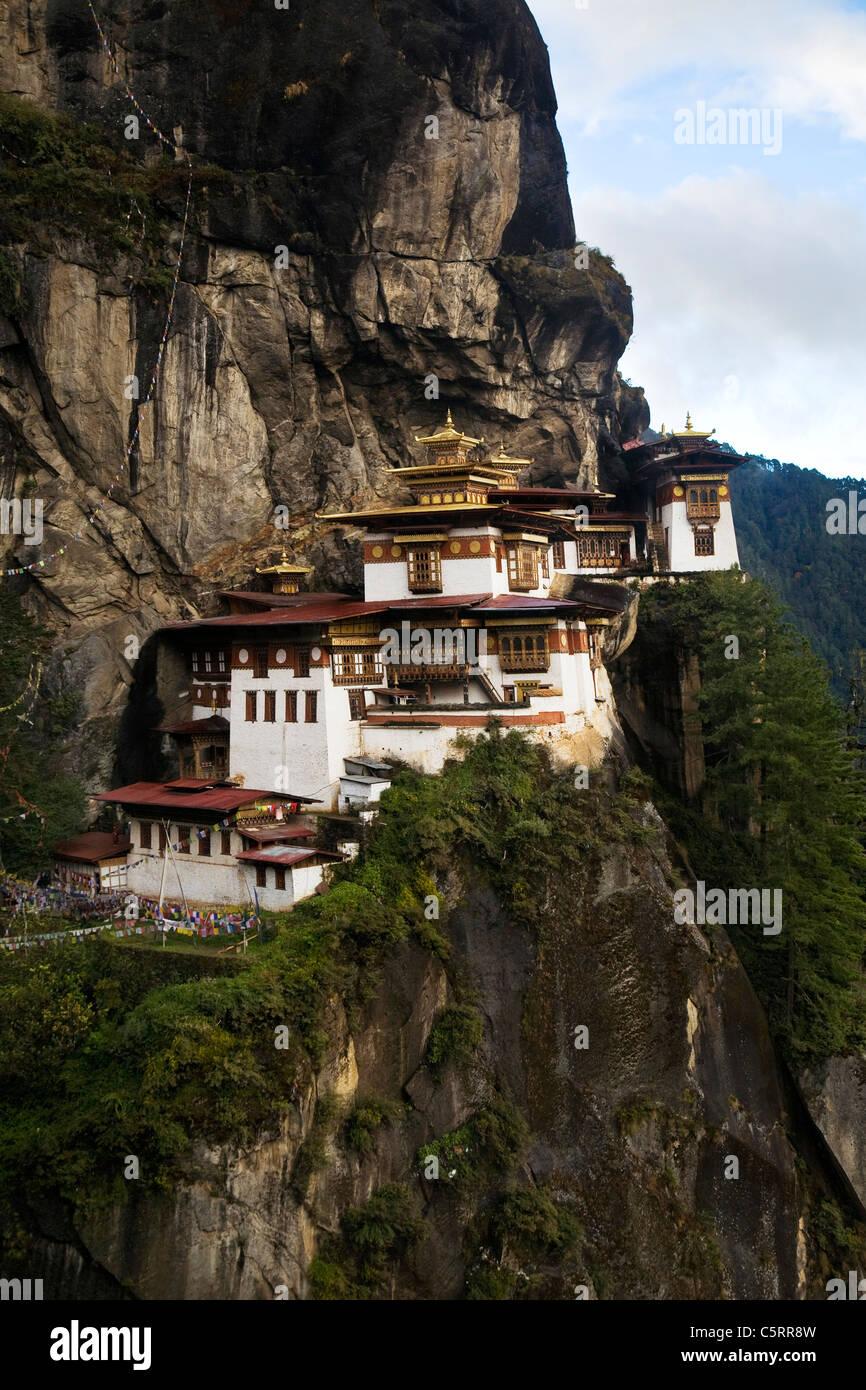 Vista del monastero di Taktshang arroccato su una scogliera a 900 metri al di sopra della valle. Paro, Bhutan. Foto Stock