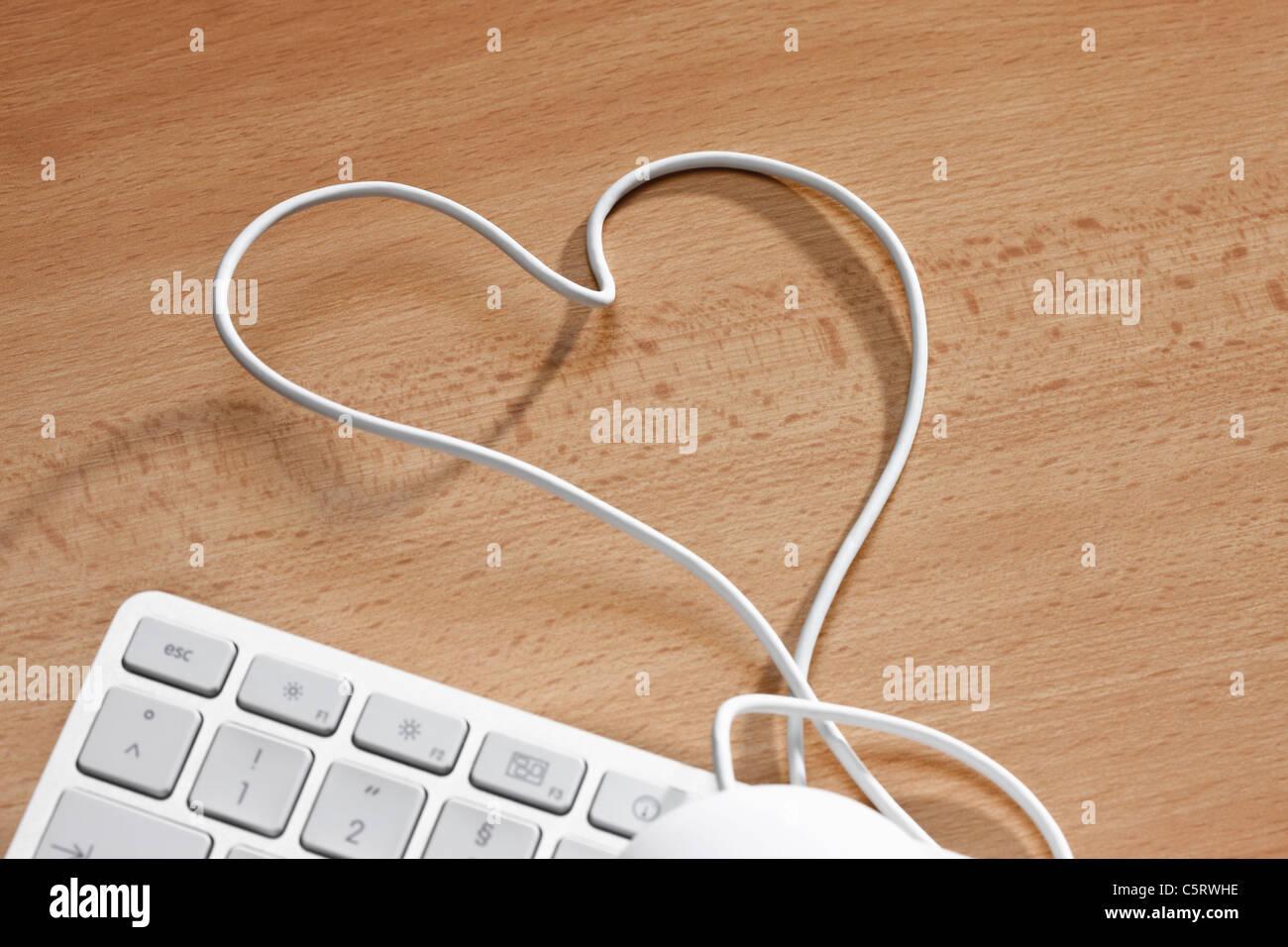 Tastiera per computer con cuore di filo metallico di forma, vista in elevazione Immagini Stock