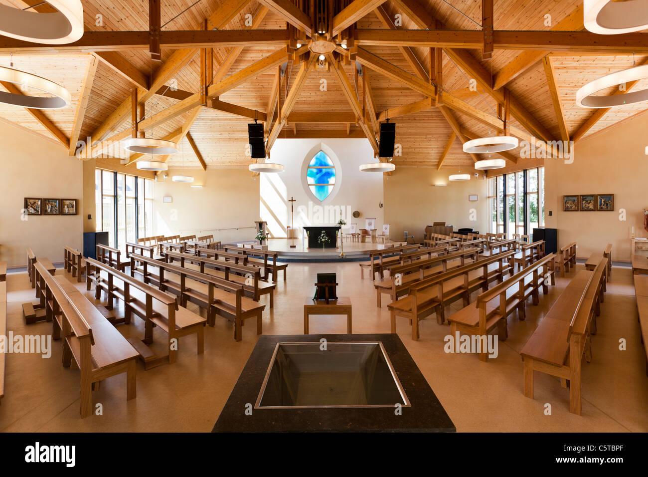 Foto Di Soffitti Con Travi In Legno : Interno di una chiesa moderno con soffitto con travi in legno a