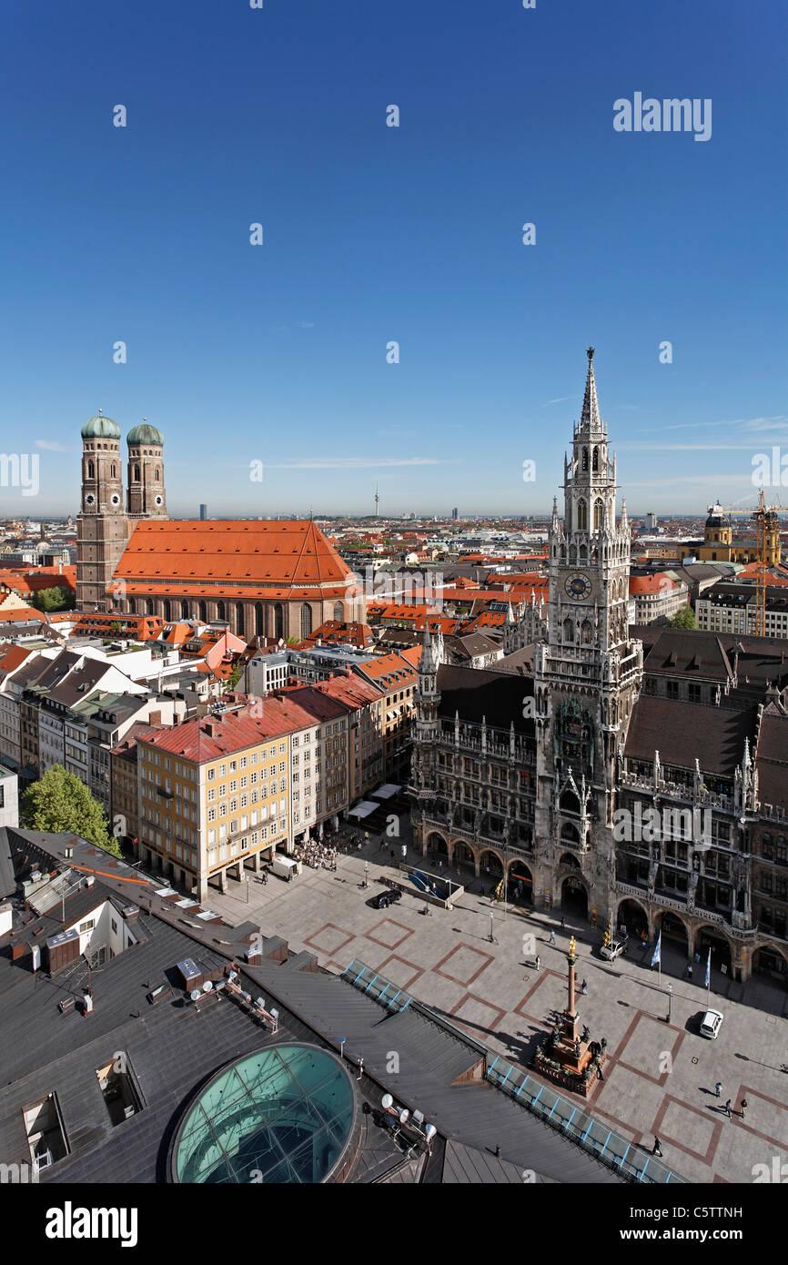 In Germania, in Baviera, Monaco di Baviera, Marienplatz, la cattedrale, il municipio, la vista dal campanile di Immagini Stock