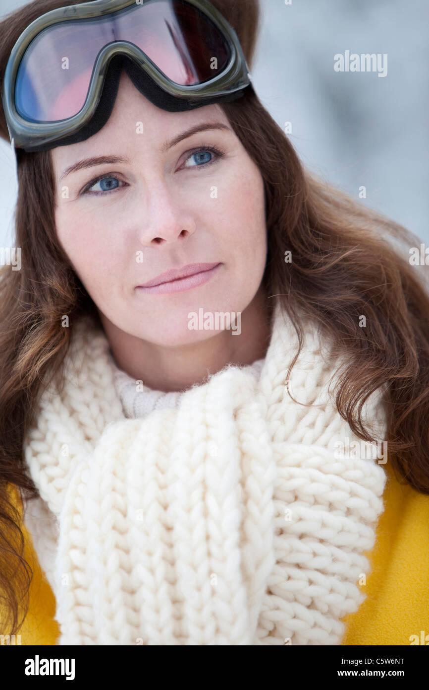 In Germania, in Baviera, Donna con maschere da sci, ritratto Immagini Stock