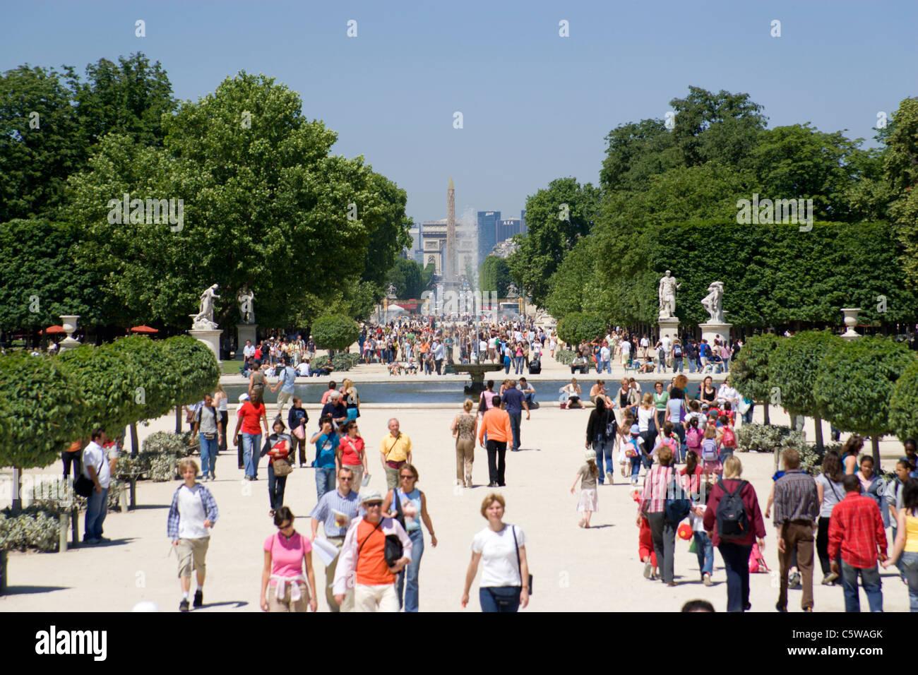 Francia, Parigi, Jardin des Tuileries, turisti in primo piano Foto Stock