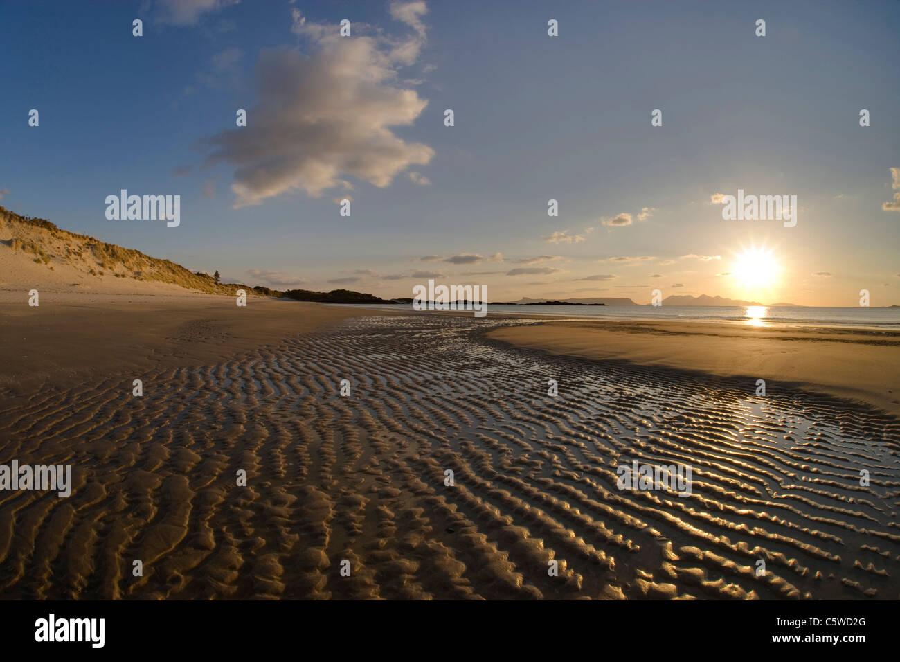 Arisaig Bay al tramonto con vista dell isola di Rum, a nord-ovest della Scozia, Gran Bretagna. Immagini Stock