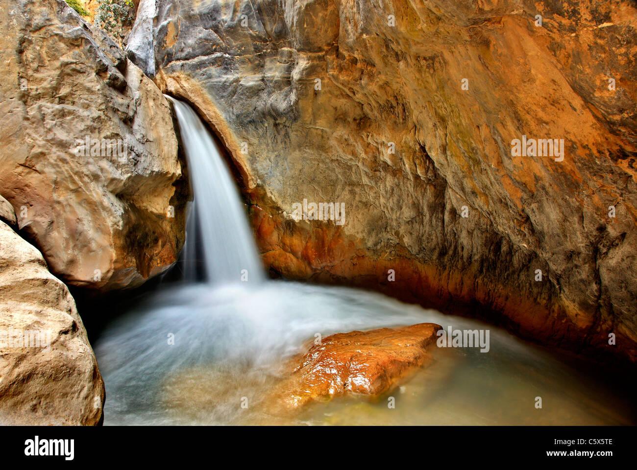 Una delle cascate nella gola Sarakina vicino al villaggio di Mythoi, circa 20 km ad ovest di Ierapetra, Lassithi, Immagini Stock