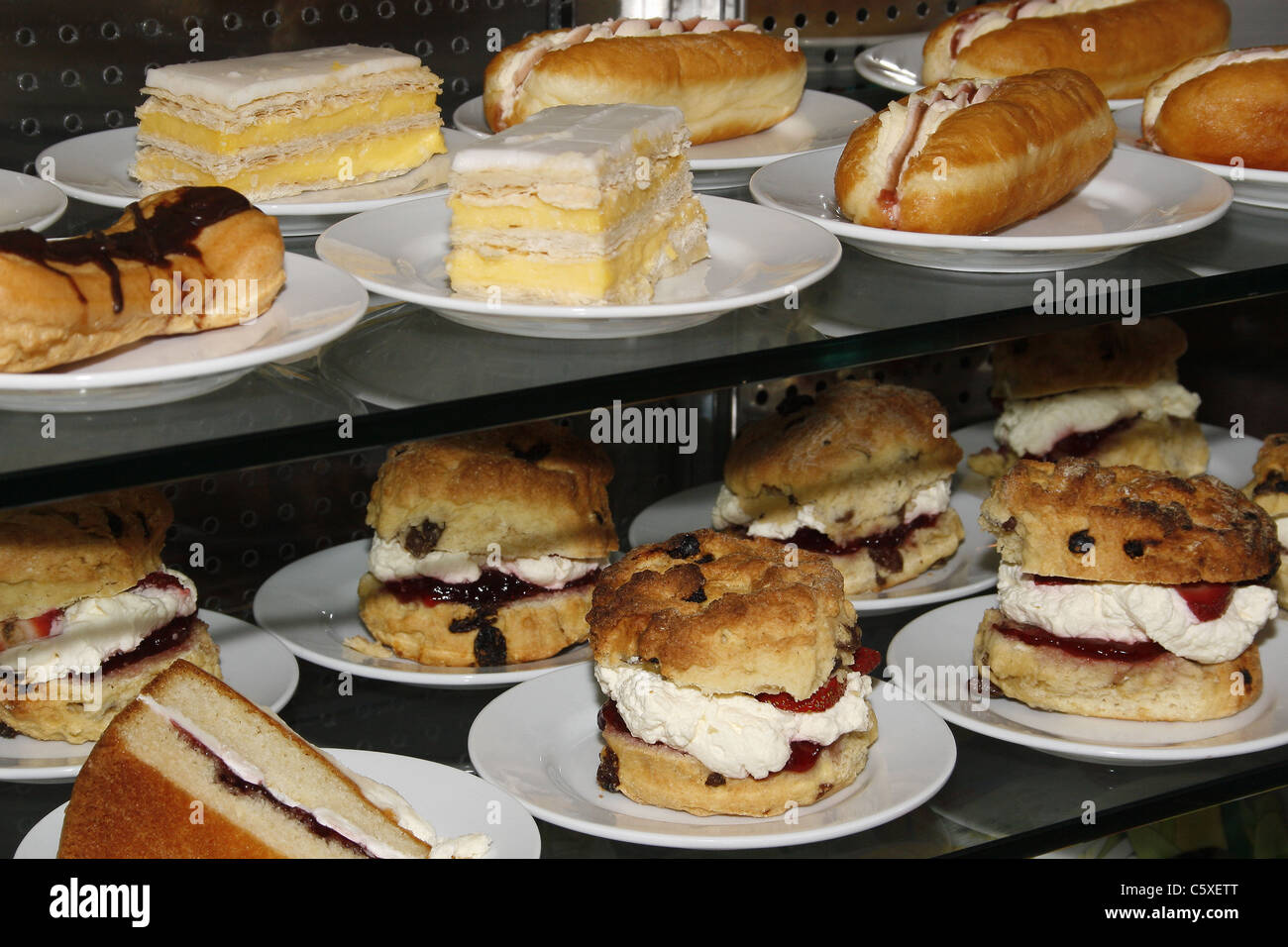 Selezione di dolci al cafe'. Tropical Butterfly House Wildlife & Falconry Centre, NORTH ANSTON, South Yorkshire, Immagini Stock