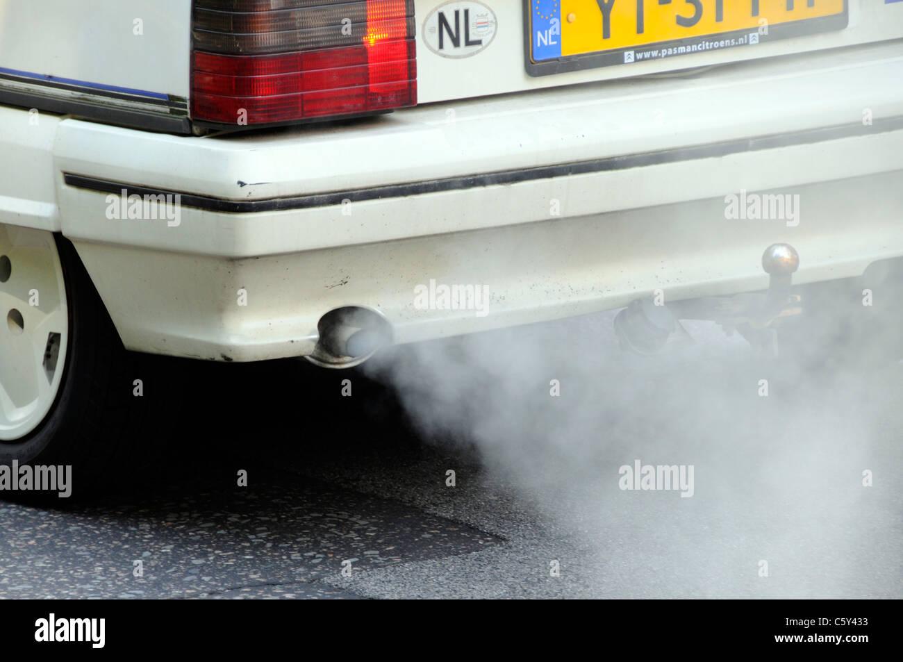 Close up registrato olandese vecchia Citroen auto con inquinanti difettoso sistema di scarico fumi ambiente danneggiando Immagini Stock