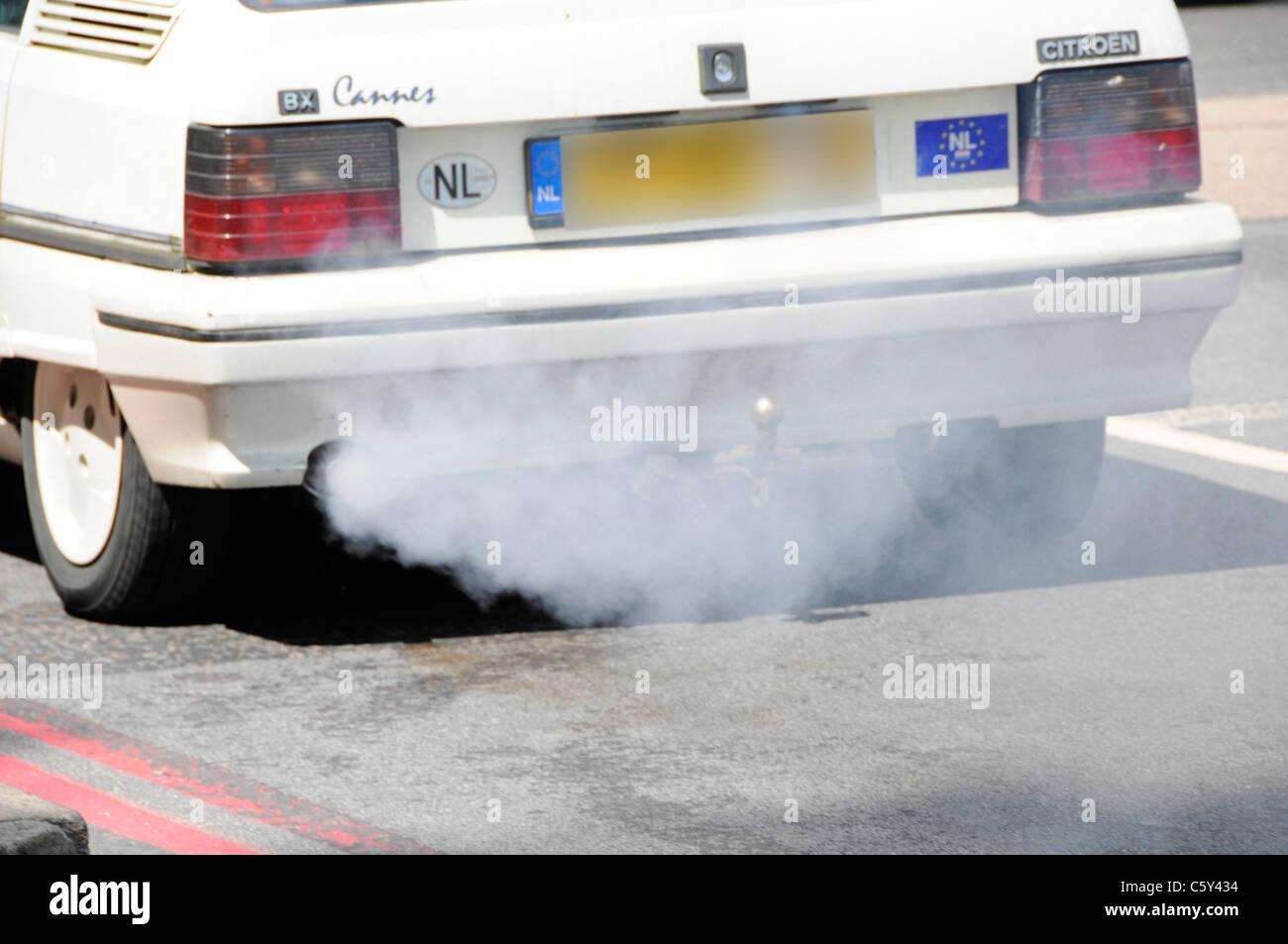 Registrati olandese vecchia Citroen auto con inquinanti difettoso sistema di scarico fumi ambiente danneggiando Immagini Stock