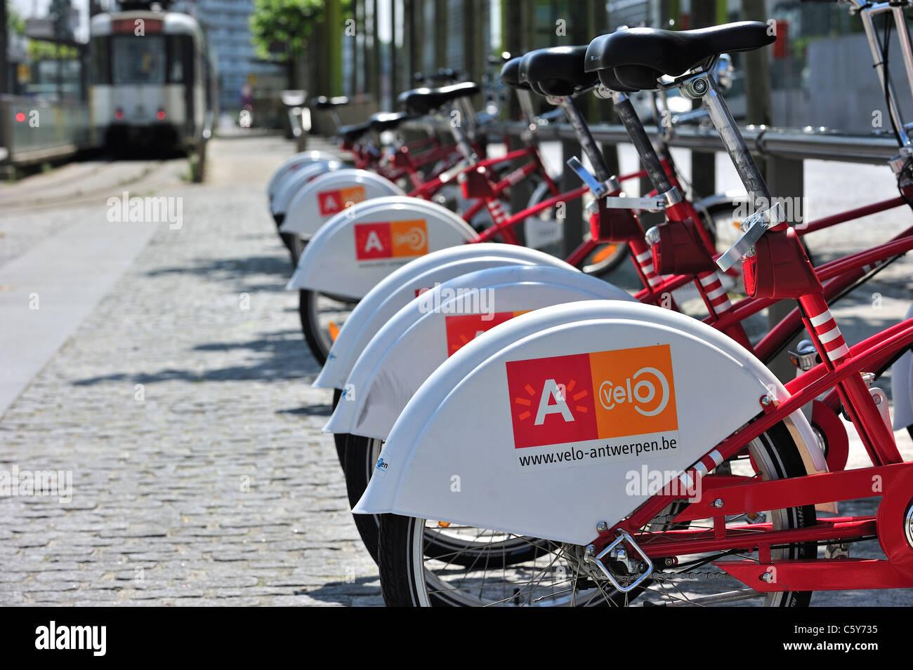 Parcheggio biciclette rosso in una delle stazioni di velo a Anversa, Belgio Immagini Stock