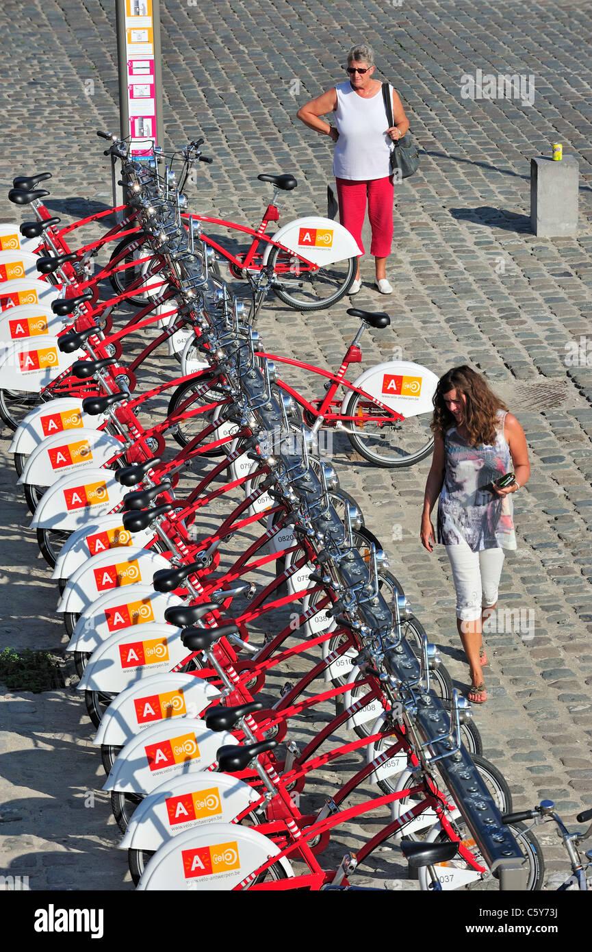Parcheggio biciclette rosso in una delle stazioni di velo a città di Anversa, Belgio Immagini Stock