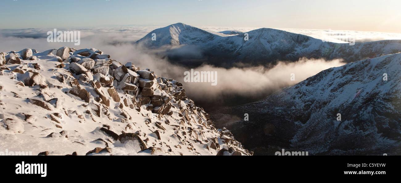 Vista da vicino il vertice di Briariach verso Cairn Toul e gli angeli di picco (Sgor un Lochain Uaine). Grampian Immagini Stock