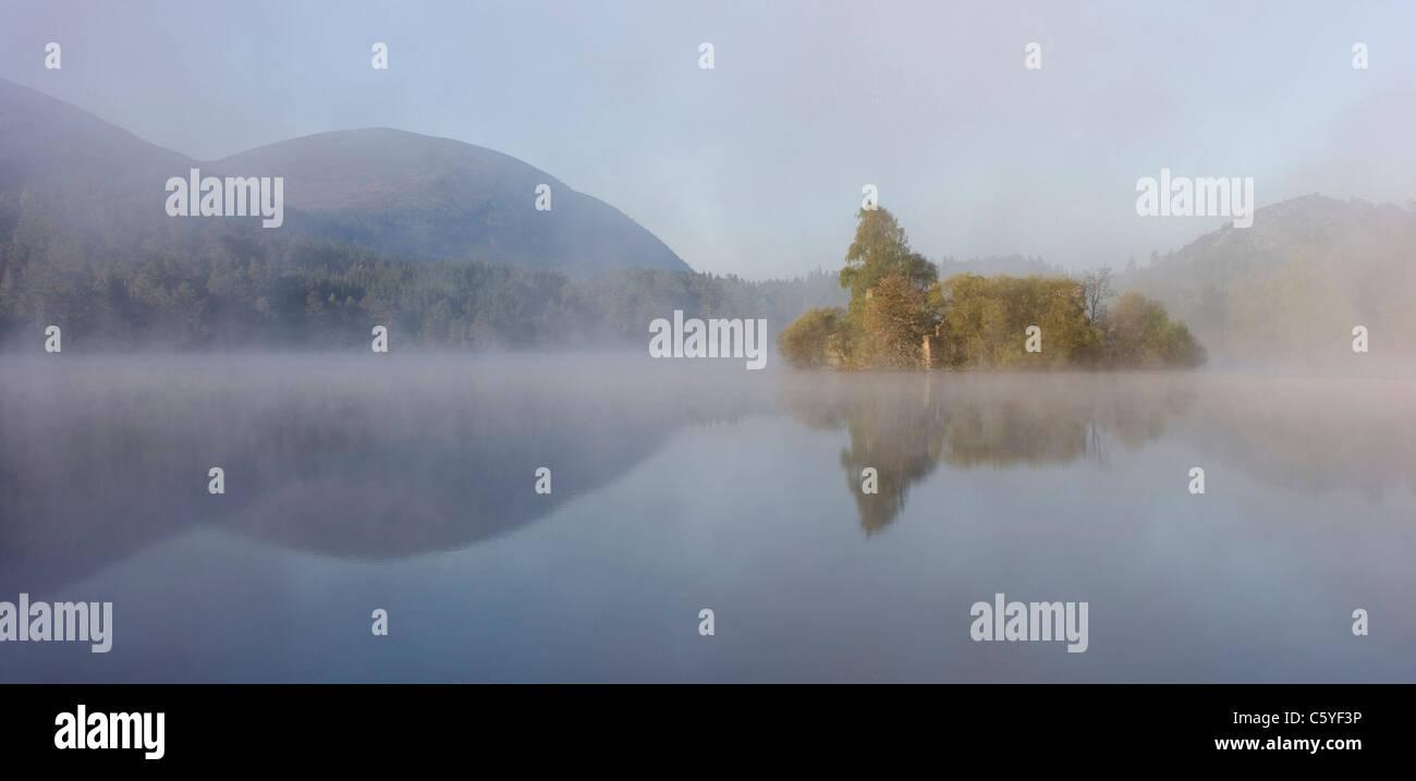 Loch un Eilein su foschia mattutina, Rothiemurchus foresta, Cairngorms National Park, Scozia, Gran Bretagna. Foto Stock