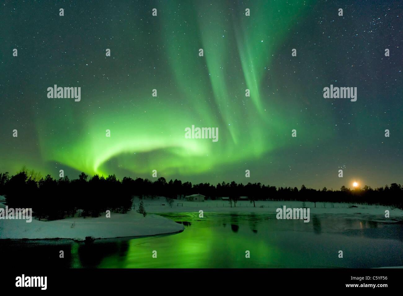Luci del nord, noto anche come aurora boreale al calare della luna vicino a Inari. La Lapponia, Finlandia. Immagini Stock