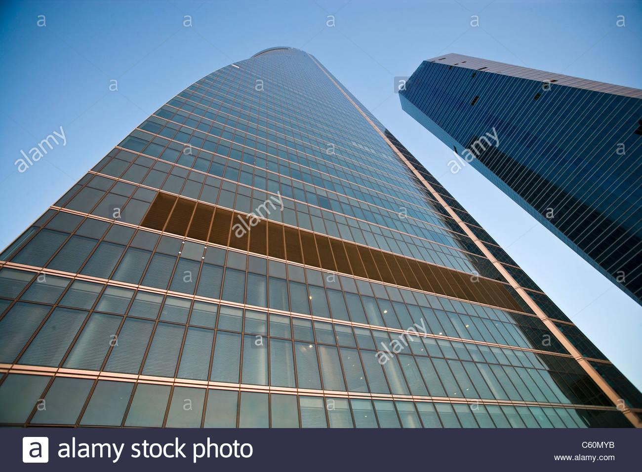 Grattacieli urbani contro il cielo blu Immagini Stock