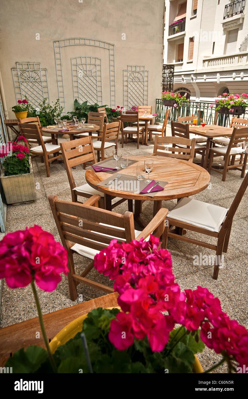 A Vichy, teak paci di mobili su di un terrazzo (Allier - Francia). Meubles en teck sur une terrasse (Vichy - Allier Immagini Stock