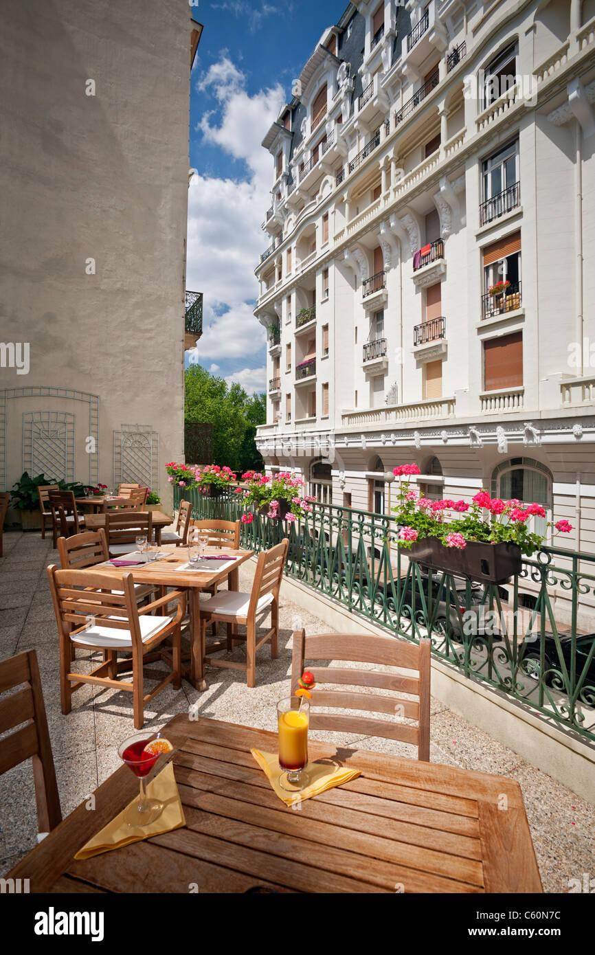 A Vichy, teak paci di mobili su di un terrazzo (Allier - Francia). A Vichy, meubles en teck sur une terrasse (Allier Immagini Stock