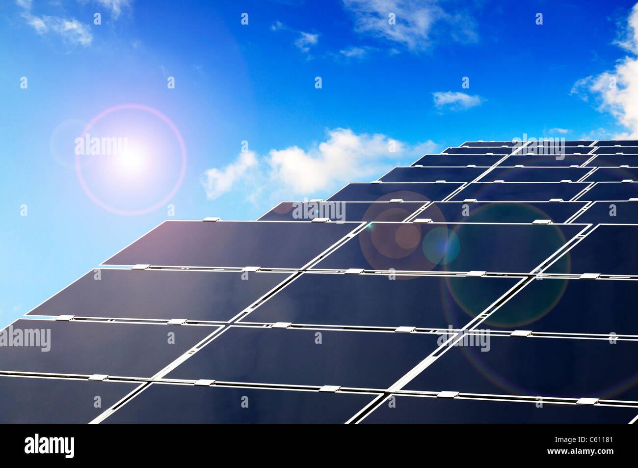 Parco Solare con i pannelli che producono energia da fotovoltaico. Immagini Stock