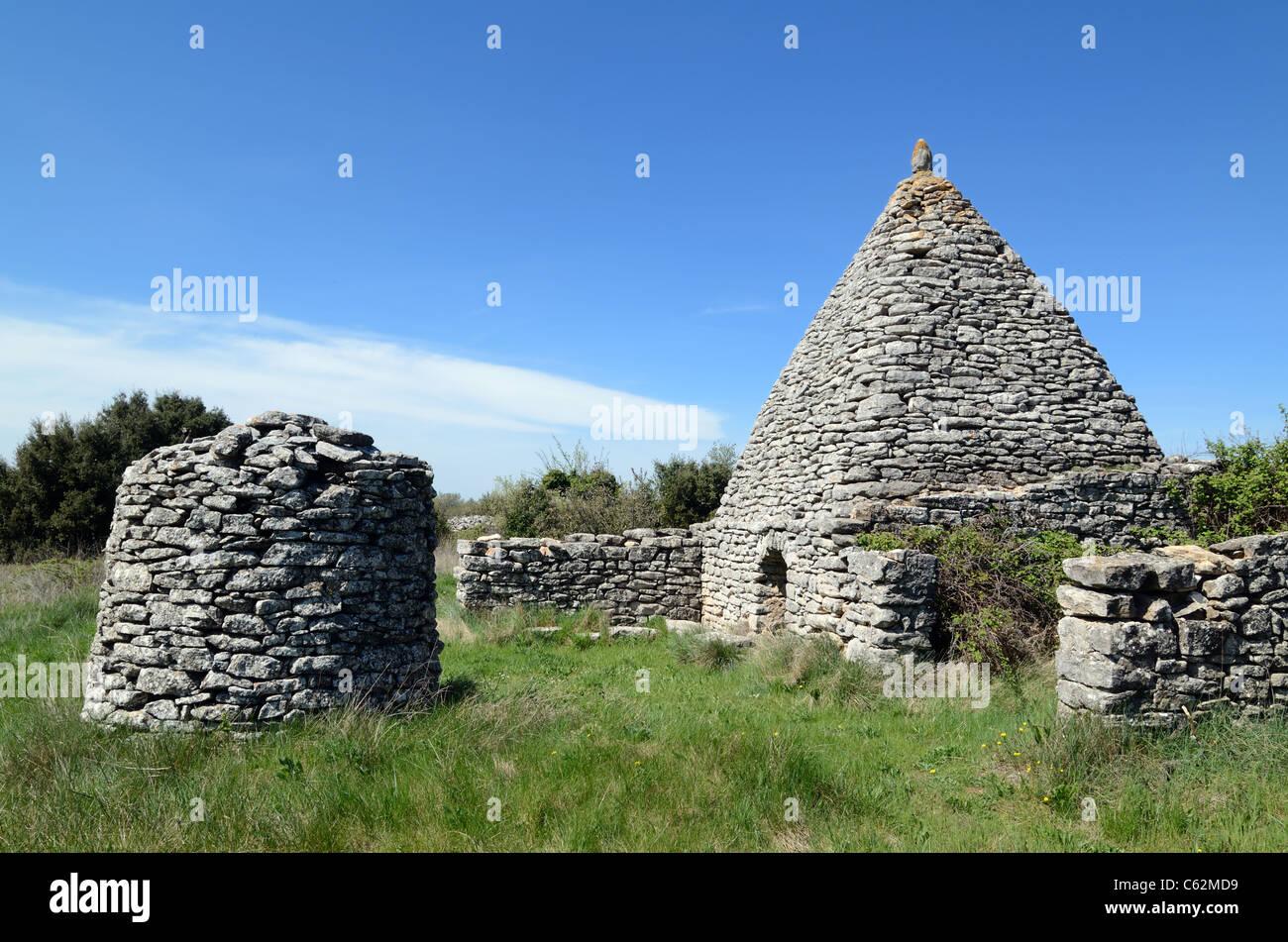 Stone Borie, Dry-Stone costruzione o capanna gallico e il pozzo in pietra, nei pressi di Apt, Luberon, Provenza, Immagini Stock