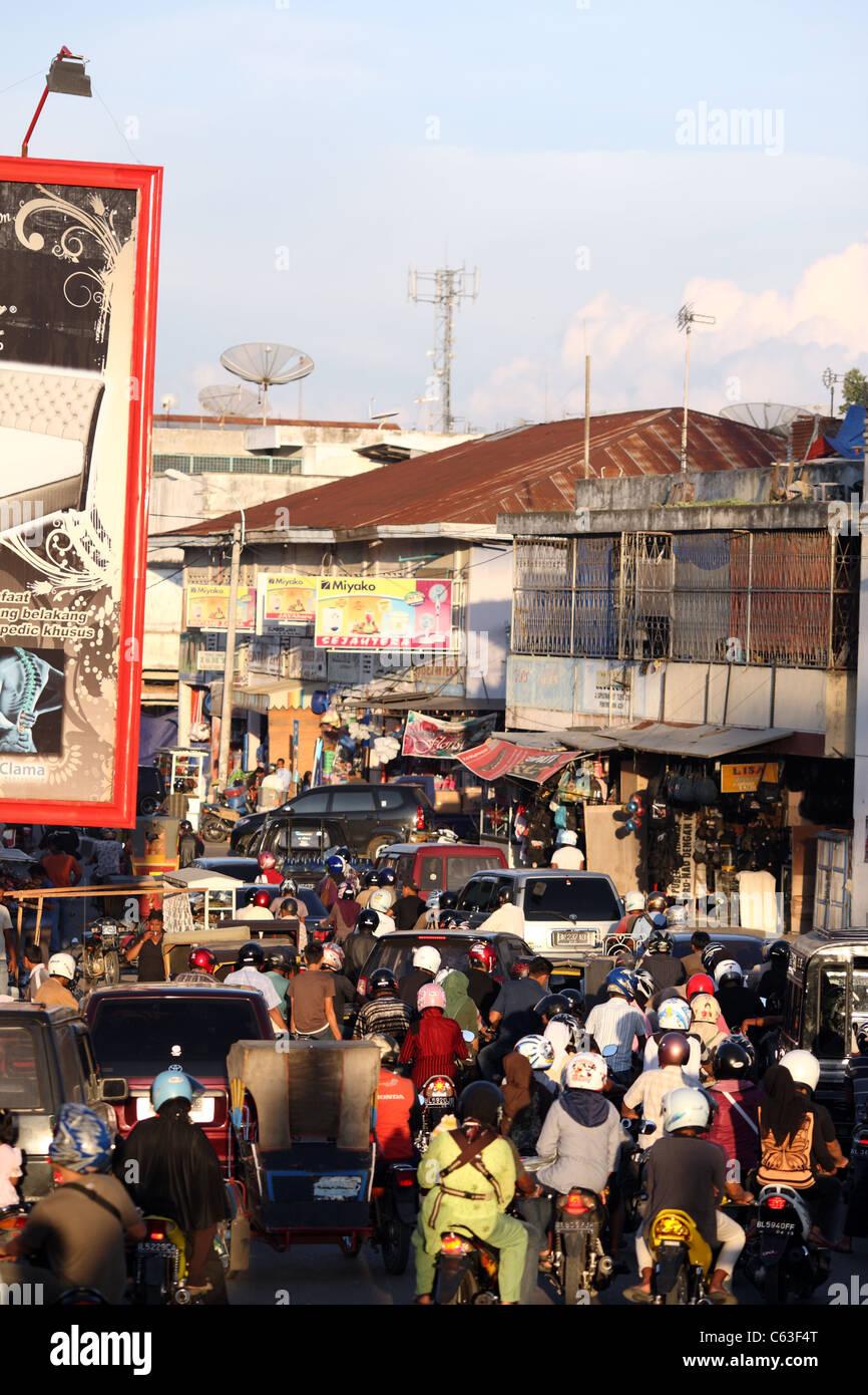 Ora di punta il traffico nel centro della città. Di Banda Aceh e Aceh, Sumatra, Indonesia, Asia sud-orientale, Immagini Stock