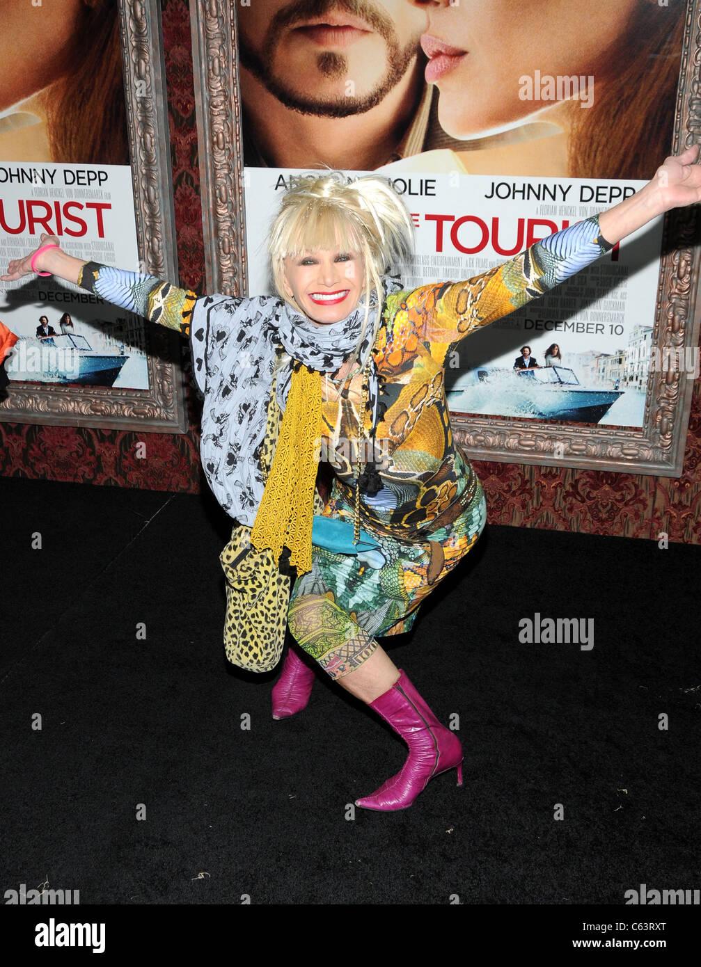 Betsey Johnson presso gli arrivi per il turista Premiere, il Teatro Ziegfeld, New York, NY Dicembre 6, 2010. Foto Immagini Stock