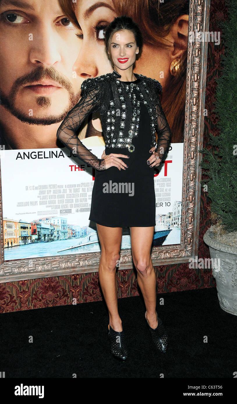 Alessandra Ambrosio presso gli arrivi per il turista Premiere, il Teatro Ziegfeld, New York, NY Dicembre 6, 2010. Immagini Stock