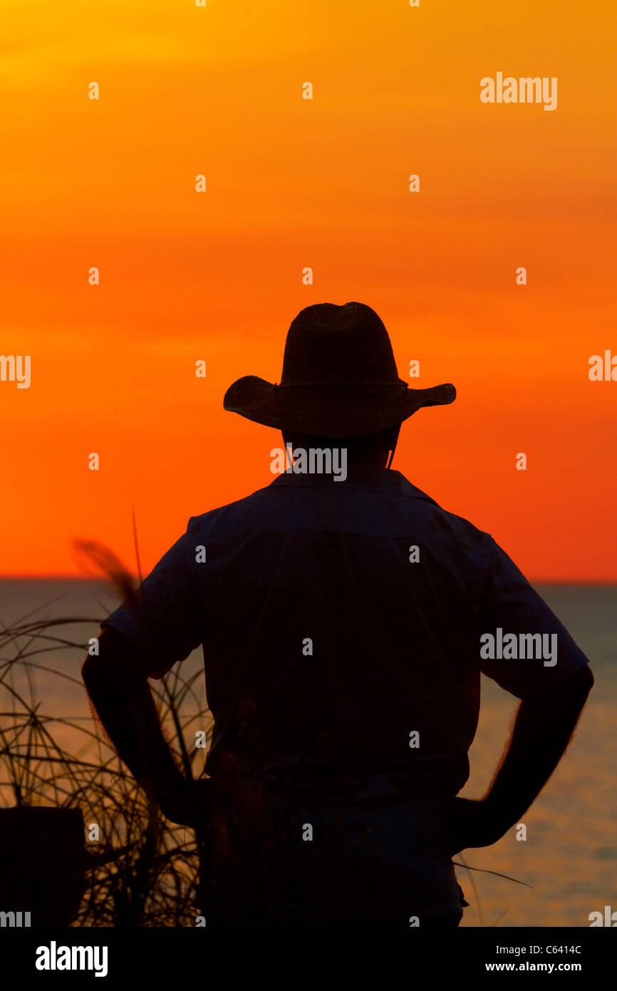 Uomo in episteme sulla spiaggia di Mindil Beach Sunset Mercato, Darwin, Territorio del Nord, l'Australia Immagini Stock