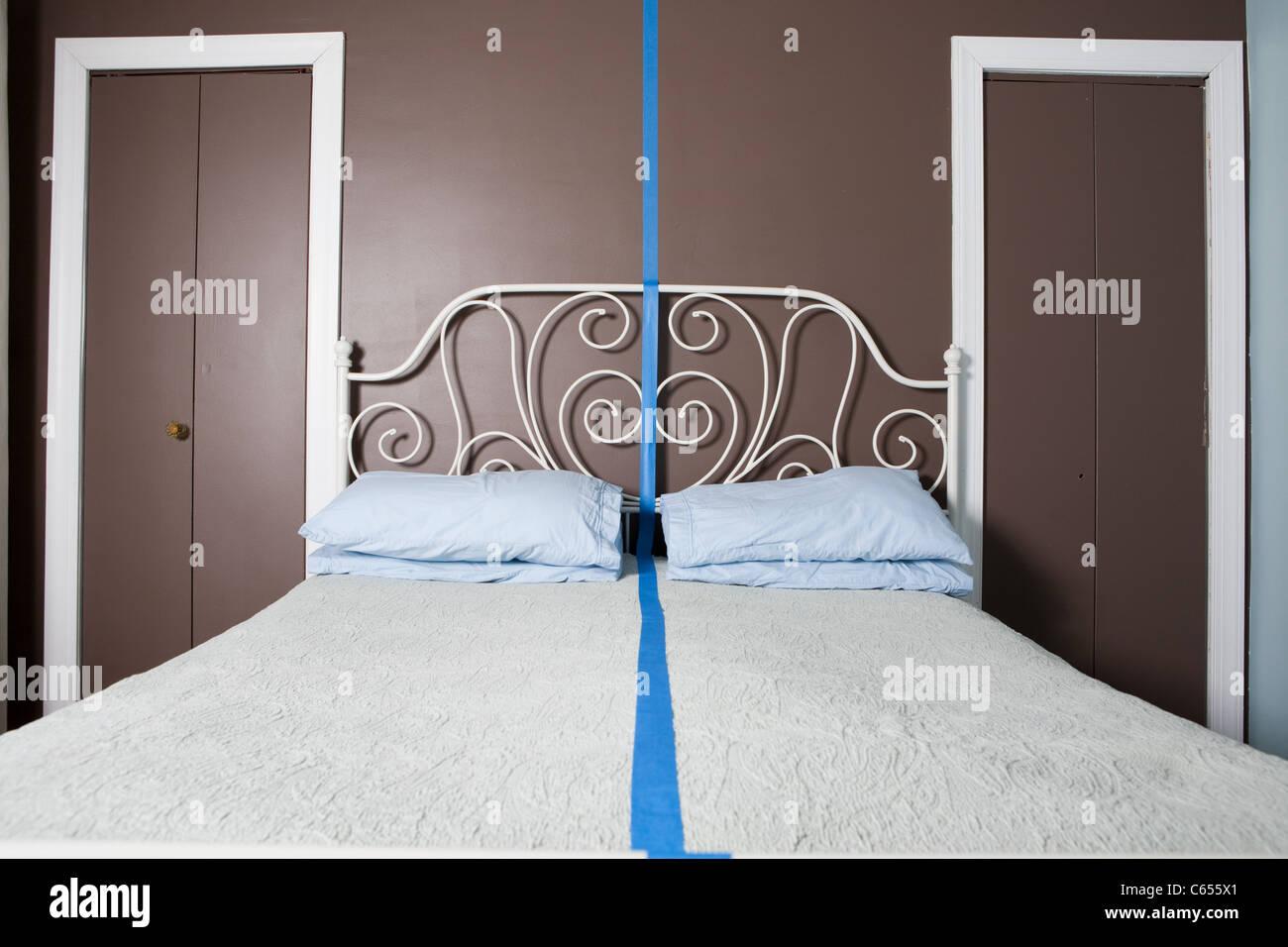 Letto matrimoniale separata dalla linea blu Immagini Stock