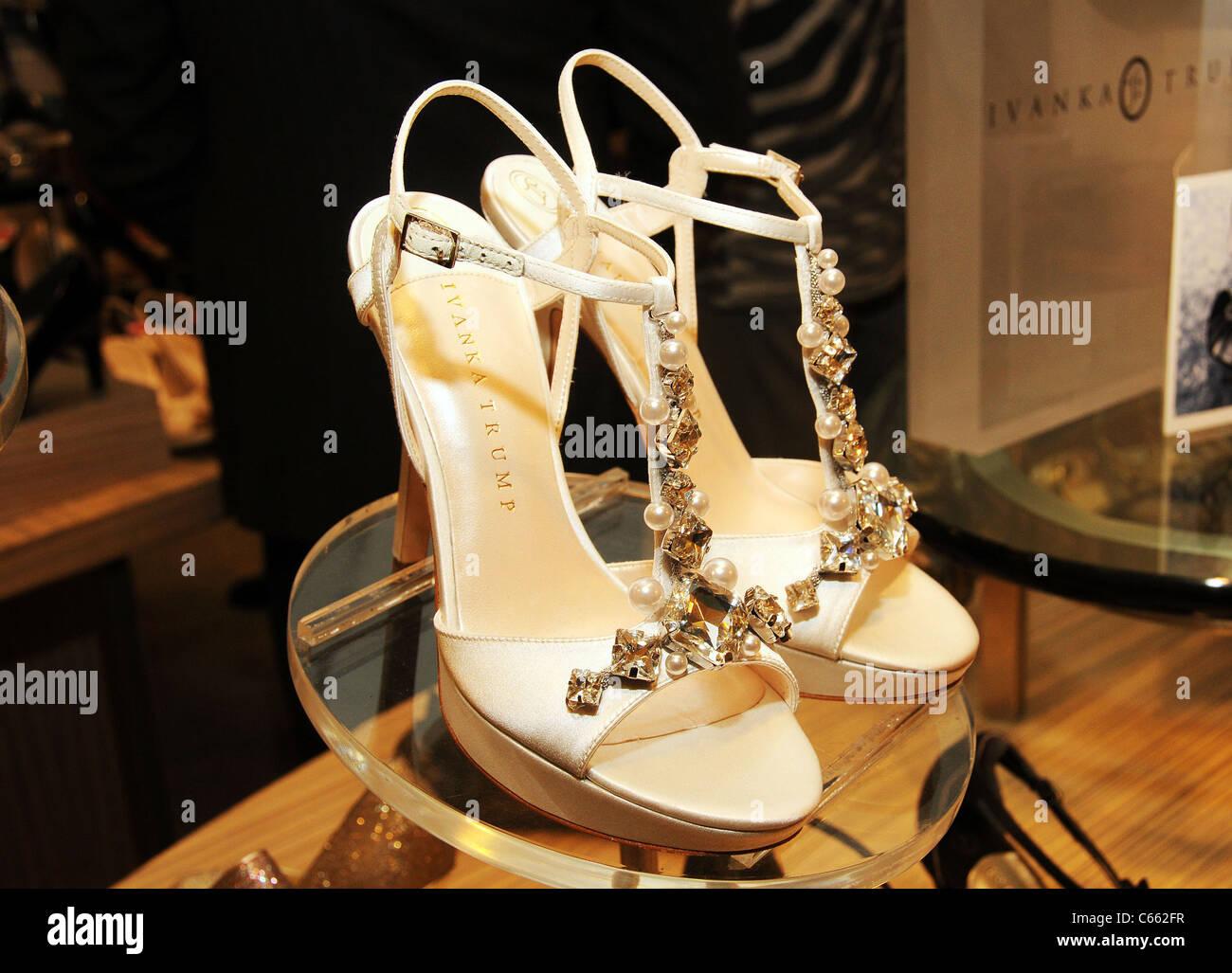 Scarpe con i tacchi alti dalla collezione in negozio aspetto per il lancio di Ivanka Trump calzature, Macy's Immagini Stock