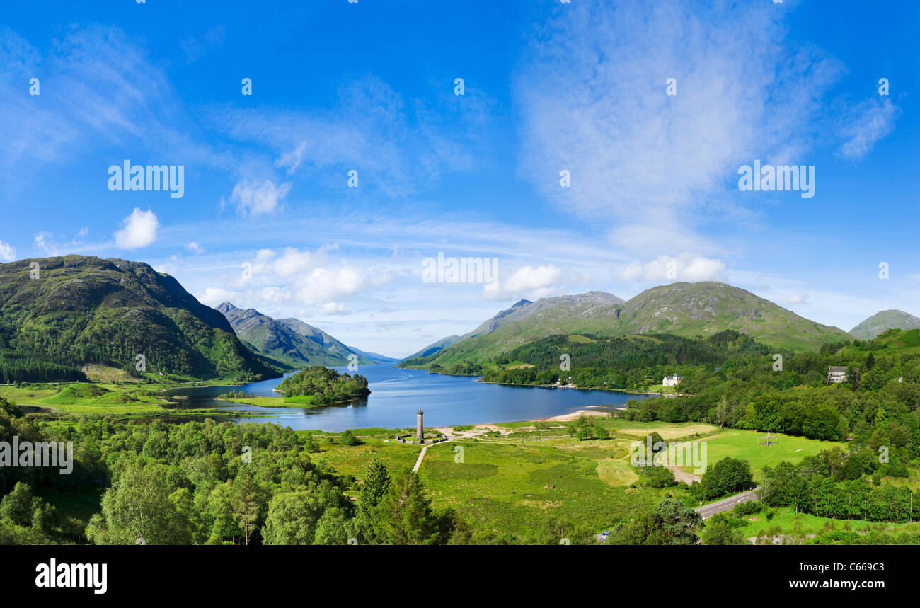 Loch Shiel con il monumento di Glenfinnan nel centro, Glenfinnan, Lochabar, Scozia. Paesaggio scozzese / Paesaggi. Immagini Stock