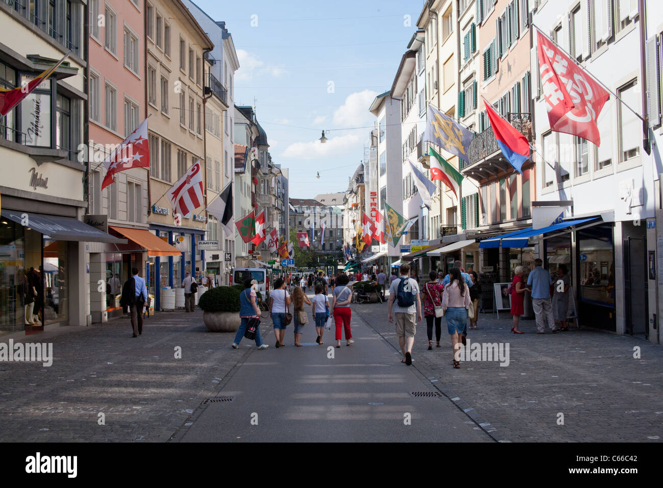 I turisti shopping a Zurigo, Svizzera Immagini Stock