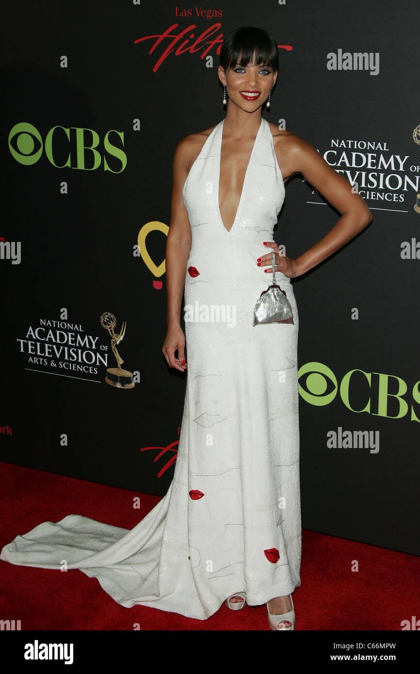 Denise Vasi presso gli arrivi per la trentottesima annuale di animazione diurna Emmy Awards - Gli arrivi, Hilton Immagini Stock