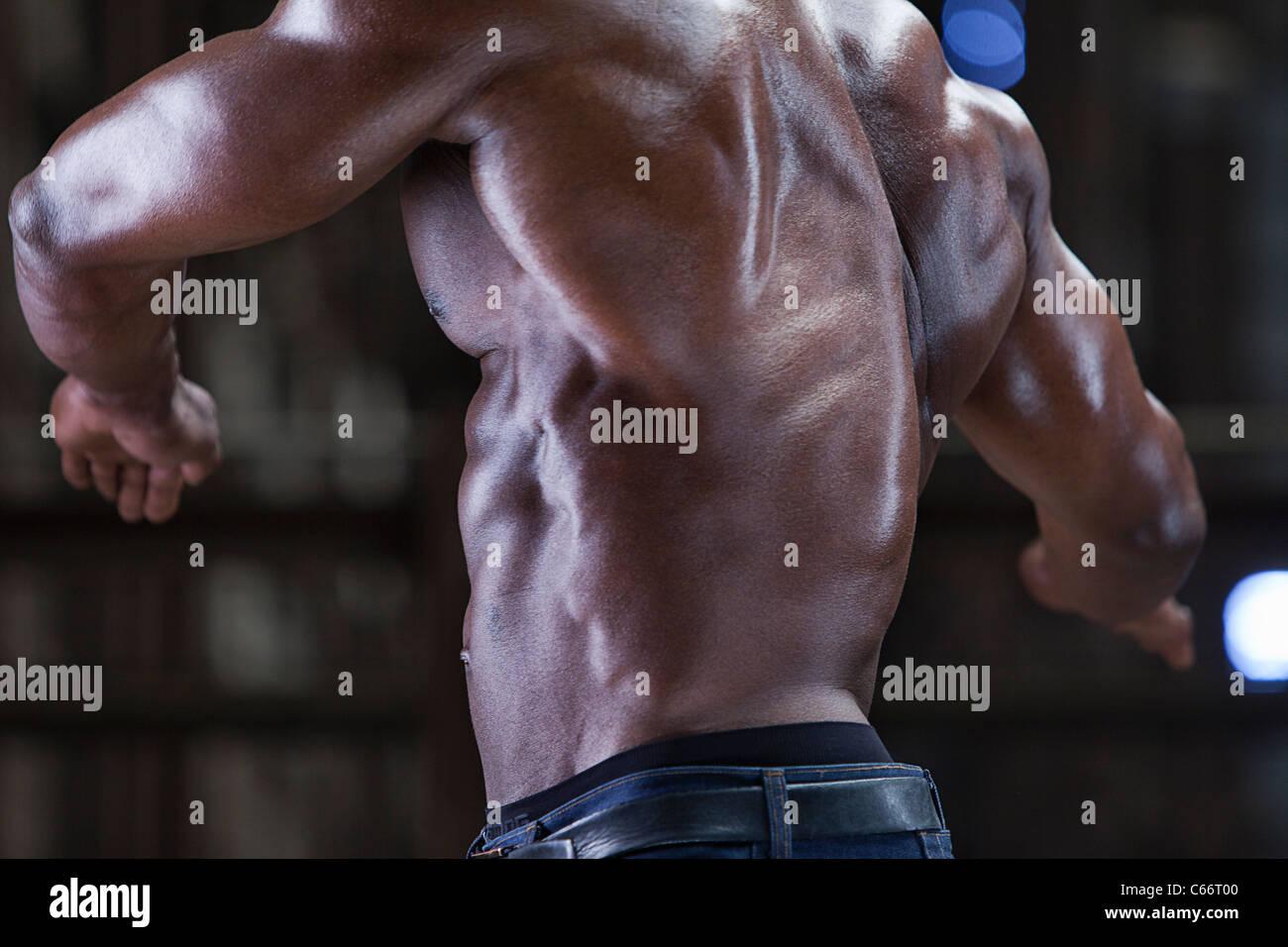 Close up di atleta retro muscolare Immagini Stock