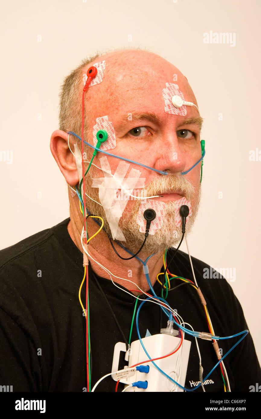 L uomo è cablato per l'apnea nel sonno test Immagini Stock