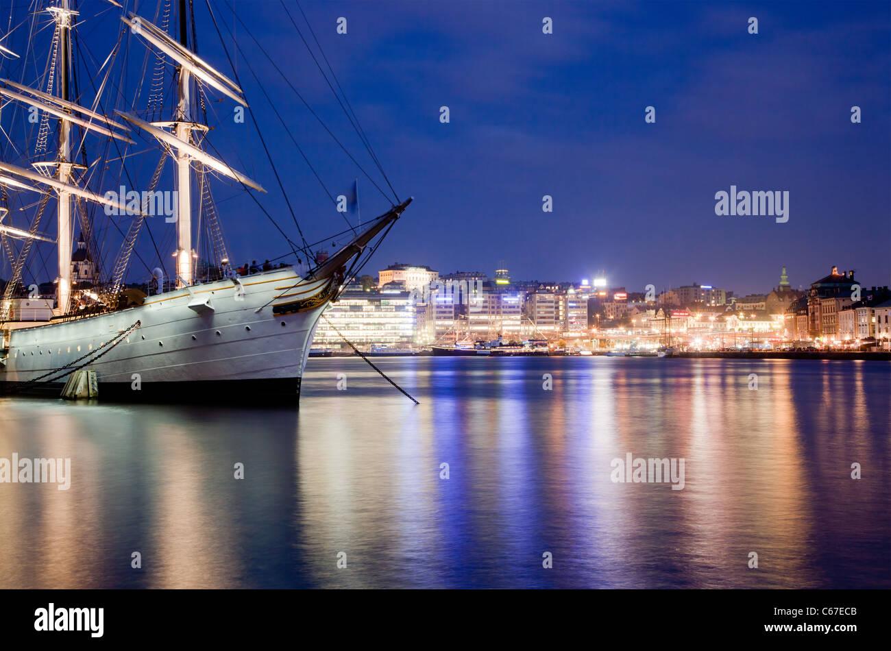 Nave di notte la baia di Stoccolma, Svezia. Immagini Stock
