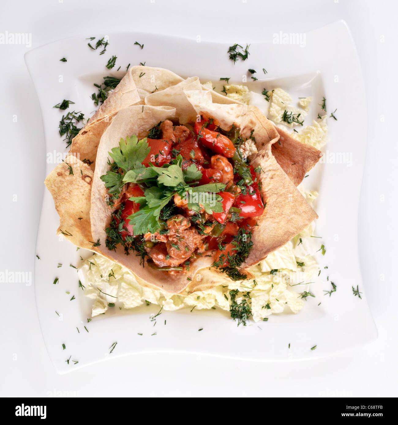 Piccanti insalata di maiale fritto tagli, filetto di pollo, paprica e fagiolini Immagini Stock