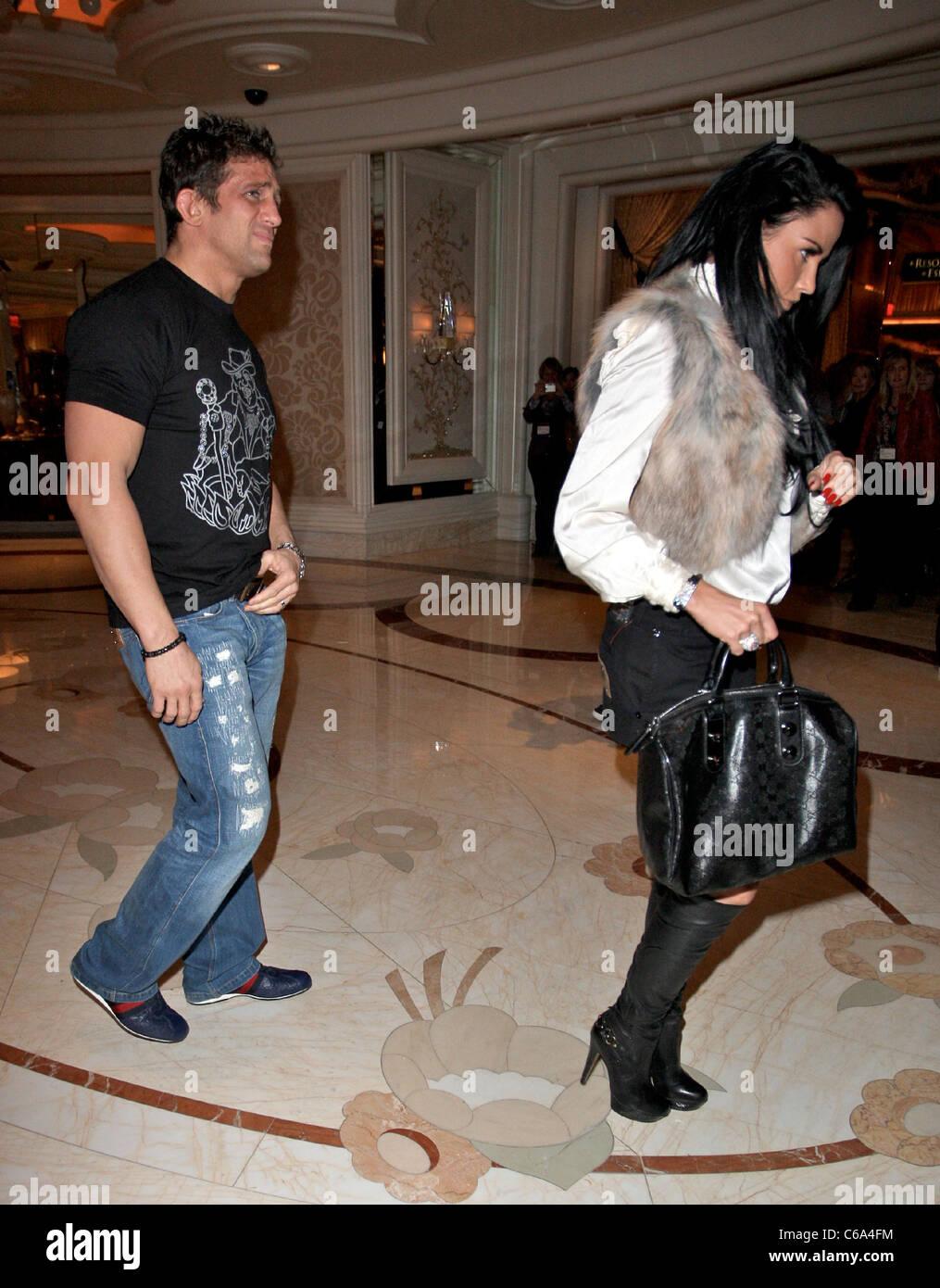 Katie Price arriva nella hall del suo hotel indossando un gilet di  pelliccia e designer italiano etichetta