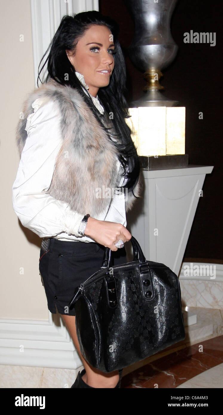 Katie Price arriva nella hall del suo hotel indossando un gilet di  pelliccia e designer italiano de6da1319b1