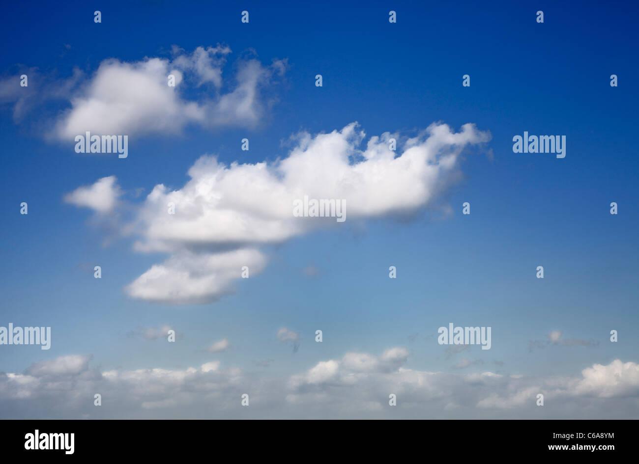 Cielo blu con nuvole Immagini Stock