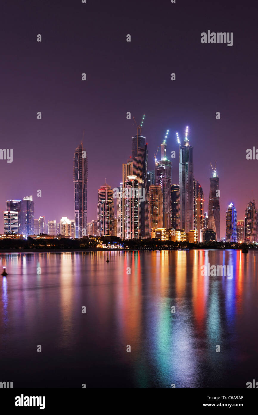 Spettacolare skyline notturno, Dubai Marina, Dubai, Emirati Arabi Uniti, Medio Oriente Immagini Stock