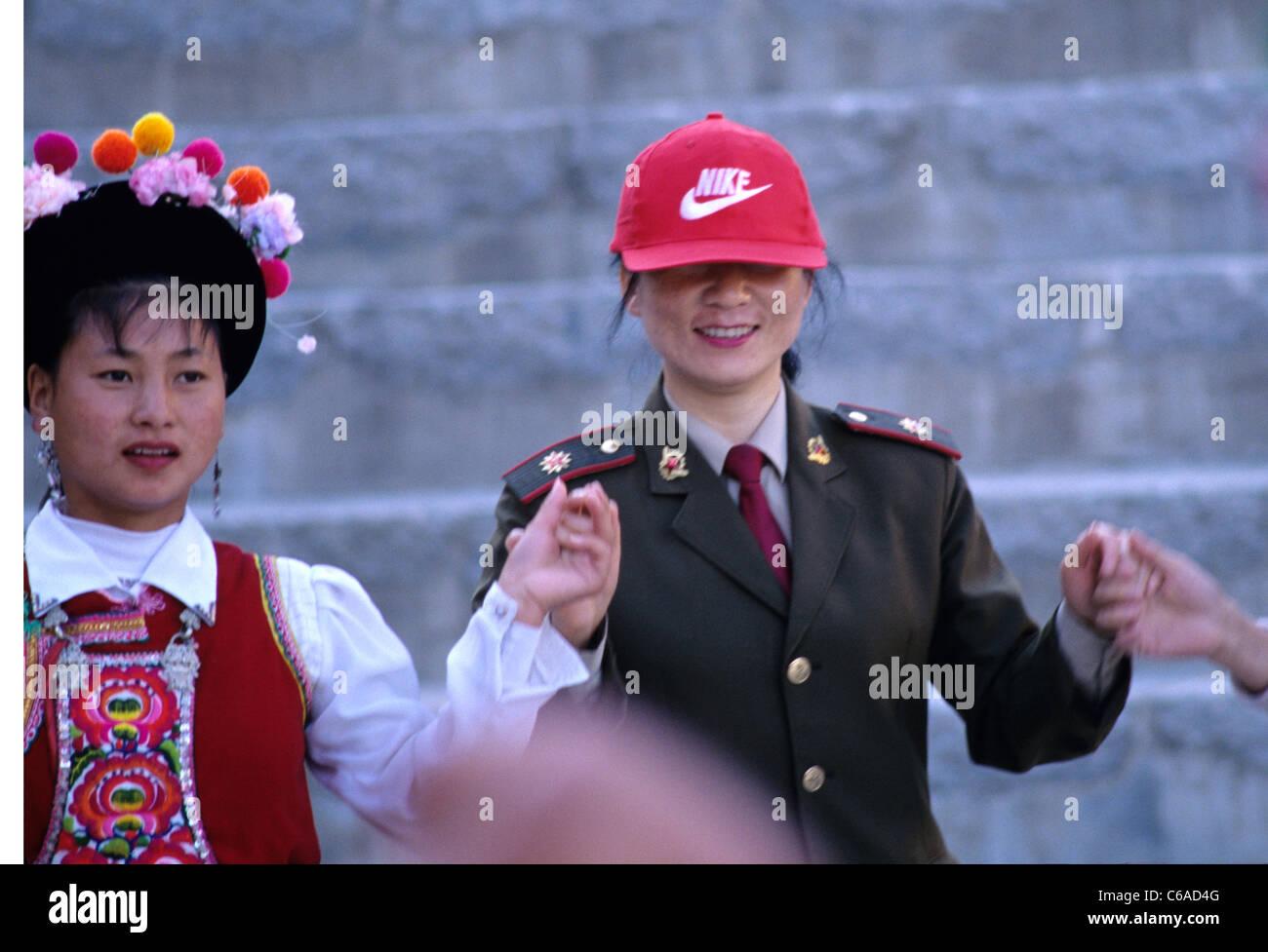 Cinese soldato femmina indossa Nike cappello da baseball danze con le  ragazze che indossano gli abiti e91e552f580a